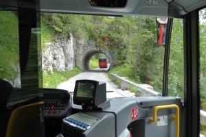 Dans les bus spéciaux pour atteindre le nid d'aigle