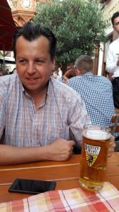 Papa savoure une bière locale
