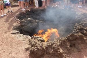 La dernière éruption date de 1824, mais le sol est encore très très chaud. Un gardien du parc le démontre: la branche d'arbuste qu'il vient de jeter dans la crevasse s'enflamme directement.